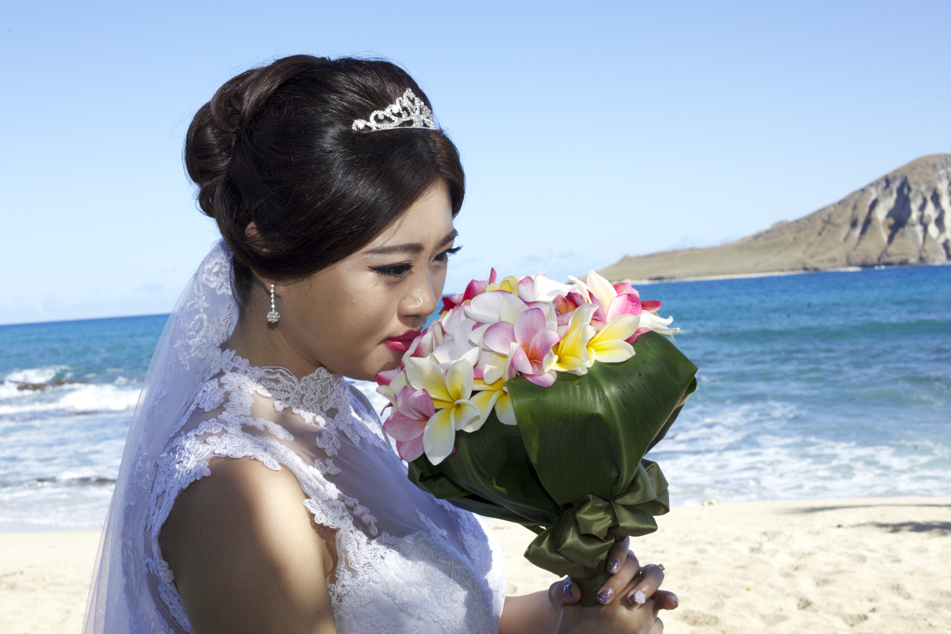 Chinese wedding in Hawaii bride kiss