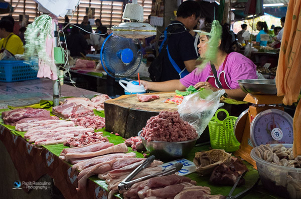 רוכלת בשוק בתאילנד, צילום: פזית אסולין