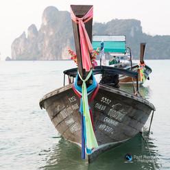 סירה בים ורעש של גלים