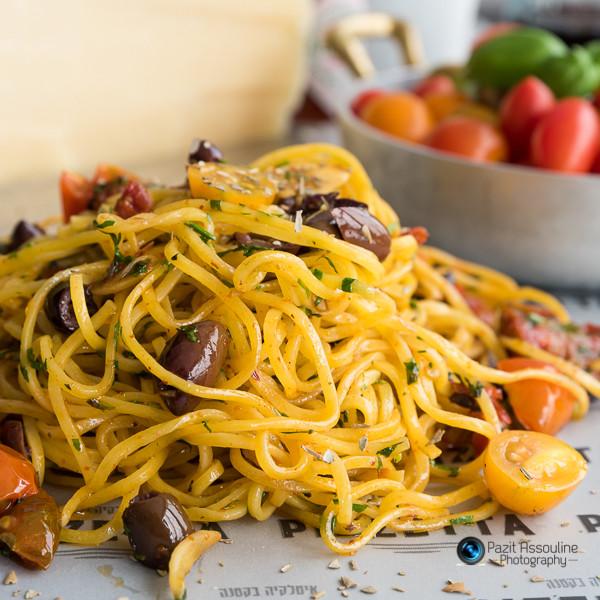 ספגטי בתוספת זיתים ועגבניות שרי,צילום מזון וסטיילינג פזית אסולין