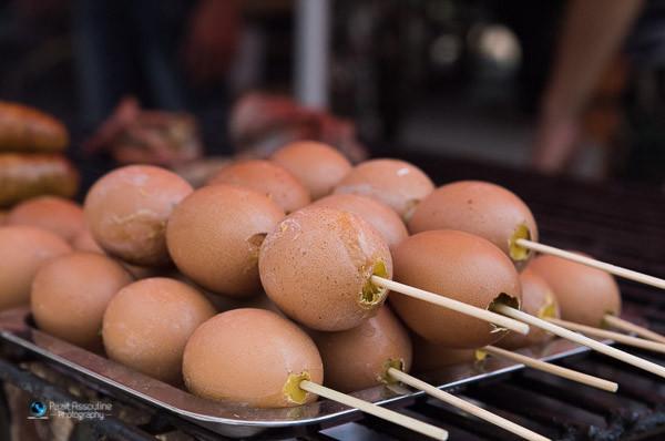 ביצים כבושות בגריל, תאילנד. צילום מזון: פזית אסולין