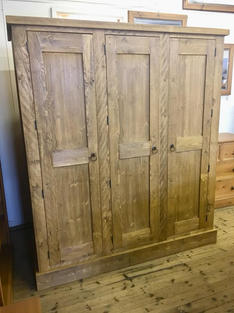Rustic wardrobe with 3 drawers