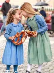 Kinder-Smockkleider und Kinder-Strickbolero