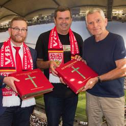 Presentación de la Biblia por el presidente VfB Stuttgart con la Biblia de Wiedmann