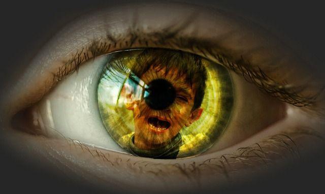 copil reflectat in ochi