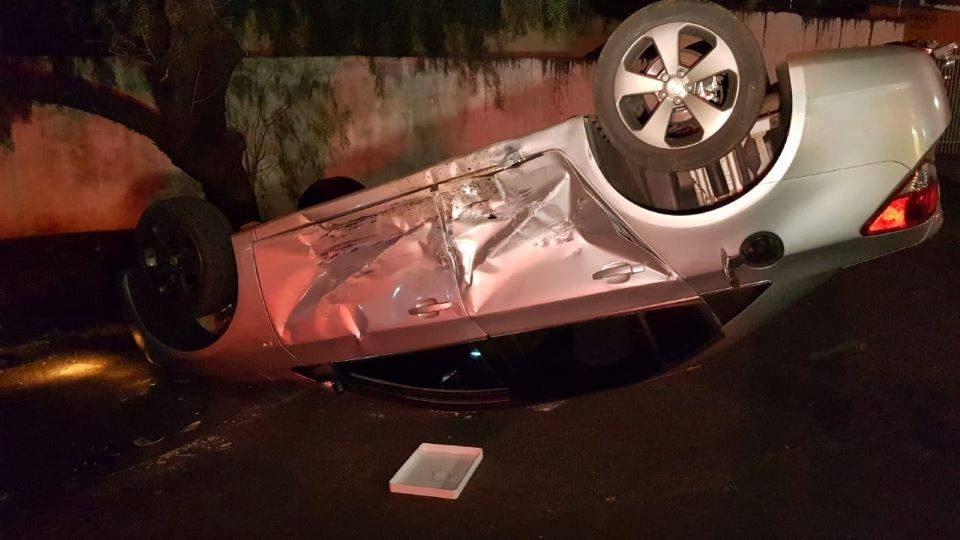 Colisão tomba veículo e deixa uma pessoa ferida no Jardim Albuquerque
