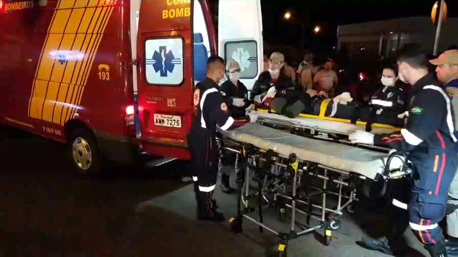 Acidente envolvendo motocicletas deixou um jovem com ferimentos graves.