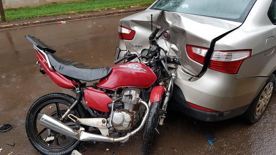 Acidente envolve três carros e uma motocicleta