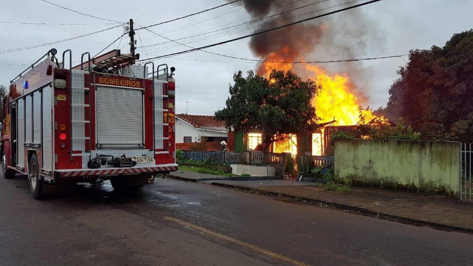 Fogo destrói casa e mata mulher carbonizada