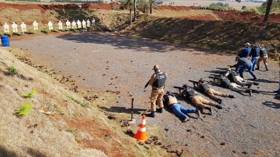 Policiais do 11º BPM fazem treinamento com fuzil
