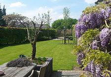 De realisatie van uw tuin  Een vrijblijvend gesprek waarin uw voorkeuren en ideeën of tuinstijlen besproken worden is de basis voor het tuinontwerp. Na overeenstemming overde offerte wordt gestart met de realisatie van uw tuin. De aanleg van uw tuin kan bestaan uit een enorme diversiteit aan werkzaamheden.  afvoeren van oude beplanting/ bestrating grondbewerking aanleg drainage en/of grondkabels voor verlichting eventuele aanleg van een vijver of waterpartij aanleggen van beregening plaatsen van hekwerken/ schuttingen/ erfscheidingen aanleggen bestrating aanbrengen van gazon (leggen van grasmatten of inzaaien) plaatsen van kustgras aanplanten van bomen, heestersen andere beplanting.  Van Nijnatten Tuinen verzorgt de aanleg van een nieuwetuin (eventueel in samenwerkingmet partners), een volledige renovatie, maar ook de herinrichting van specifieke delen van uw tuin.