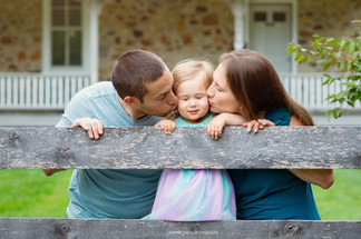 chester-county-photographer-family-kiss.