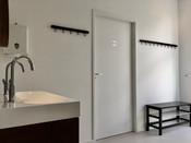 Kleedruimte met wc en douches