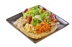 旬の野菜をたっぷり食べられるサラダ仕立てのガレット。クスクスとそばの実、