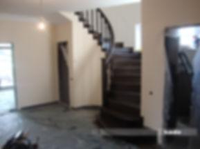 Scara din lemn cu balustrada elicoidala