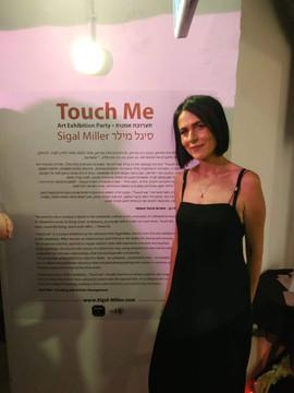 סיגל ליד טפט התערוכה.jpg