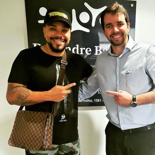Dr. Andre Balero e o músico Naldo Benny