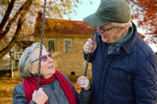 Älteres Ehepaar auf einer Schaukel