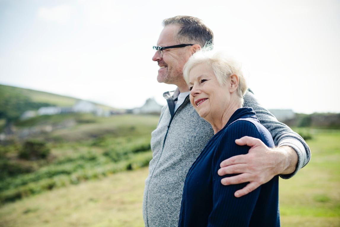 Ehepaar umarmt sich in der Natur
