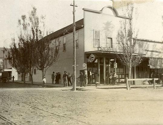 corner_saloon_prosser_washington_1902.jp