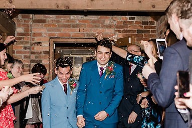 confetti groom photo