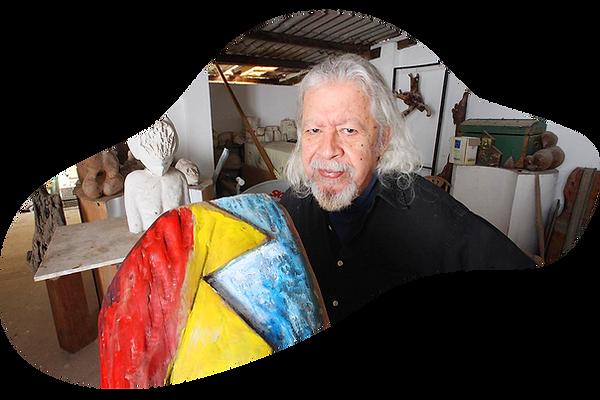 Mauricio com obra no atelier 2018.png