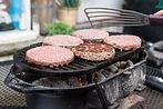 cuisson_de_steaks_hachés_sur_un_grill.j