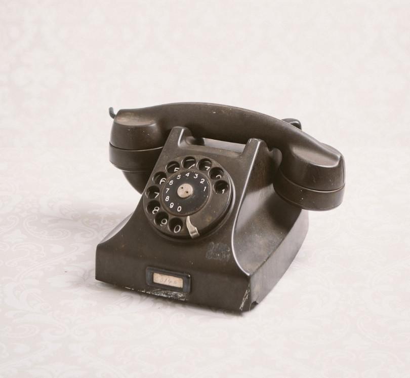 Antique telephone (black)