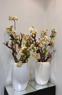 witte-vaas-met-zijde-bloemen