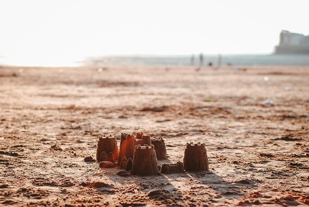 Sandburg am sonnigen Strand