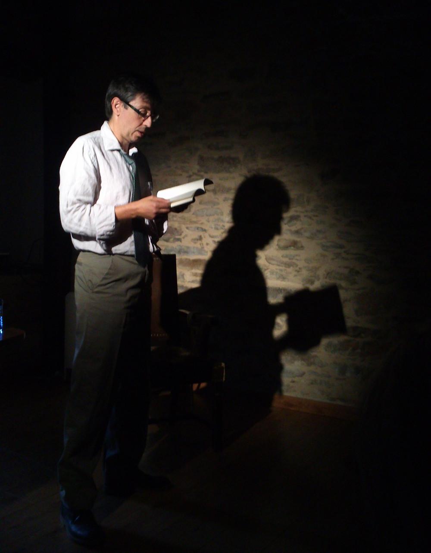 Víctor M. Mozo lee un poema antes de la proyección de El Juicio Adelantado.