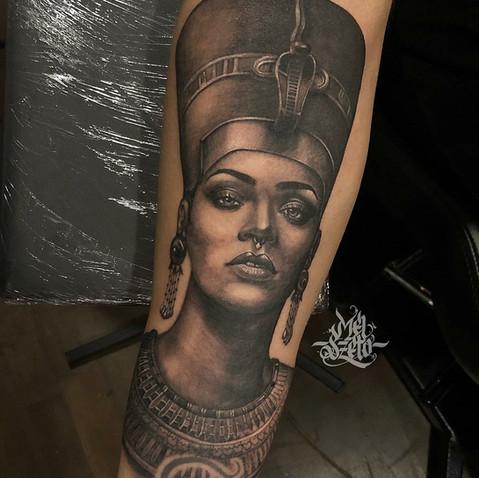 Rihanna nefertiti