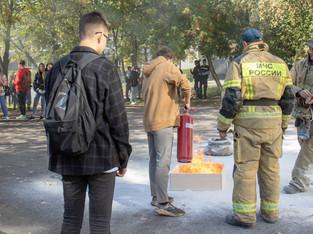 Сотрудники МЧС проводят практические отработки тушения возгораний со студентами
