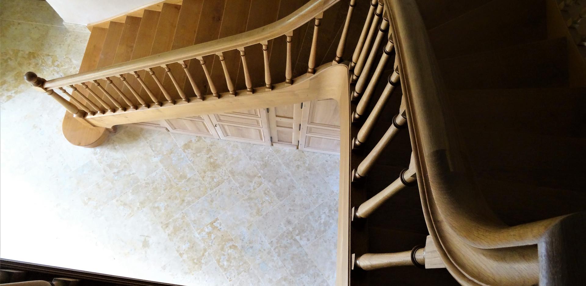 Escalier balancé, 1 quart tournant, noyau évidé. 24 marches, largeur 140 cm. Garde corp périphérique sur trémie. Balustres et poteaux tournés.