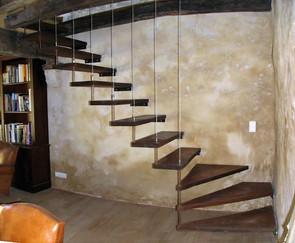 Marches bois Chène, fixation sur mur et suspension par cablerie inox.