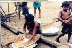 Mulher preparando a massa para fabricar o  BEIJU