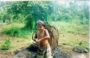 Crianças_Waimiri_Atroari_aprendendo_a_transportar_alimentos_da_roça_para_a_aldeia
