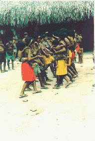 Mulheres_Waimiri_Atroari_dançando_o_MARYBA