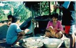 Mulheres Waimiri Atroari preparando beiju com massa de mandioca