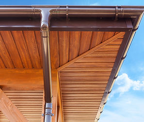 installation de dessous de toit, sur toiture en bois, avec gouttière en pvc,