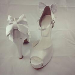 Opção laço na parte de trás do sapato para dar um charme _#sapatodenoiva #noiva #sapatoporencomenda