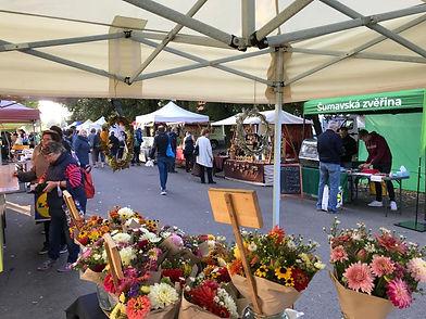 farmářský trh v aleji, šestajovice, stánek na trhu s květinami a zeleninou ekologická zelenina a květiny