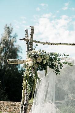 rohová aranž na svatební květinové bráně, březová svatební brána v září
