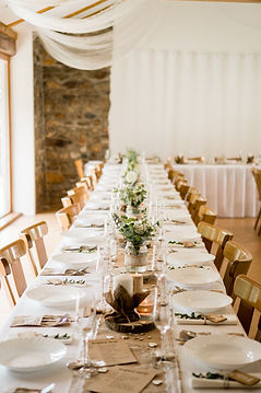 výzdoba svatební hostiny v září na mlýně, malé květinové vázy