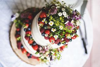 květinová ozdoba svatebního dortu s ovocem, květiny na dort