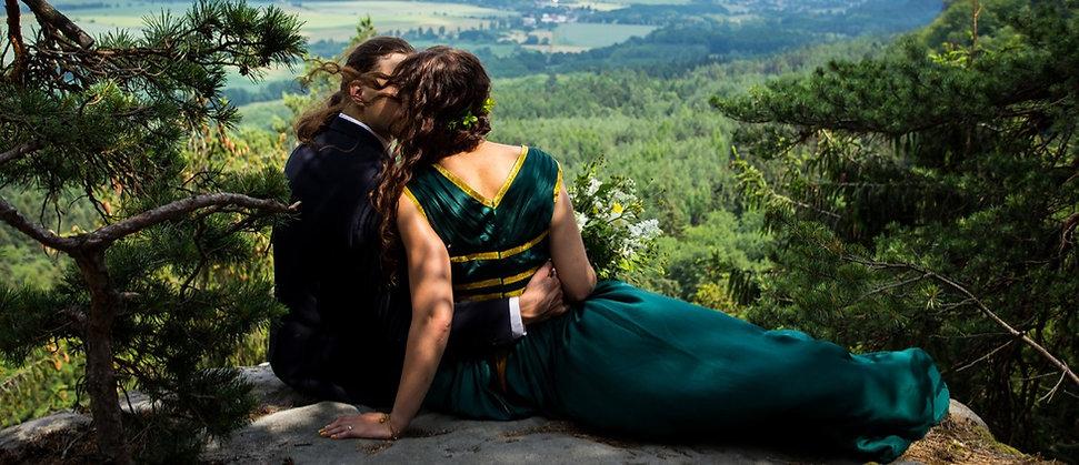 ženich a nevěsta focení po obřadu s kyticí na skále