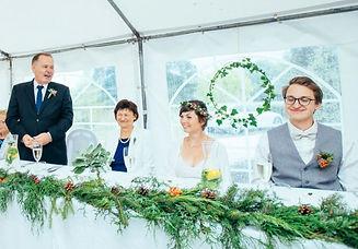 výzdoba svatební hostiny, dekorativní kruhy, zelený věnec, girlanda