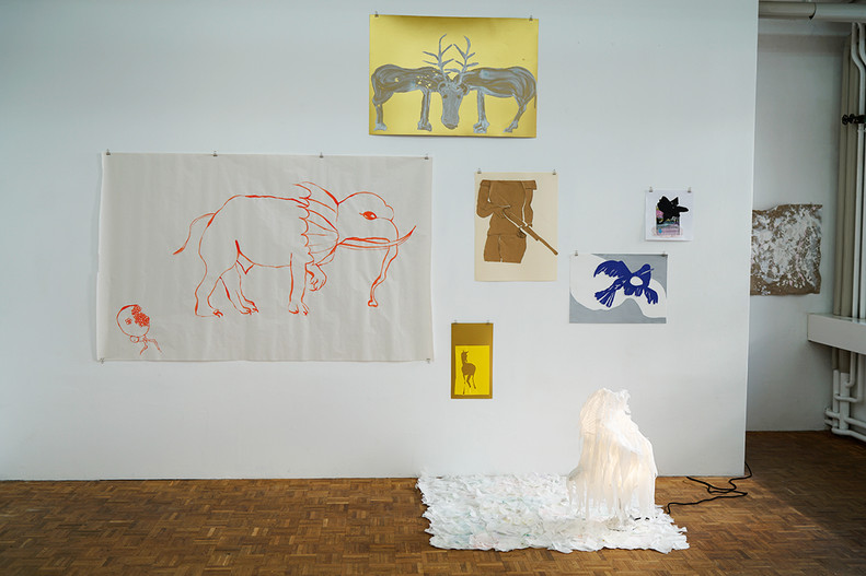 Diverse Papierarbeiten und eine Lampeninstallation