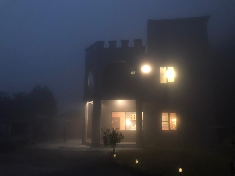 感謝旅客提供-夜晚雲霧中的Astrea星晨堡