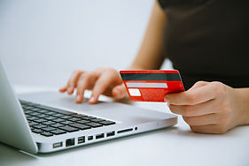 paying-with-credit-card-online-PHCH4R7.j